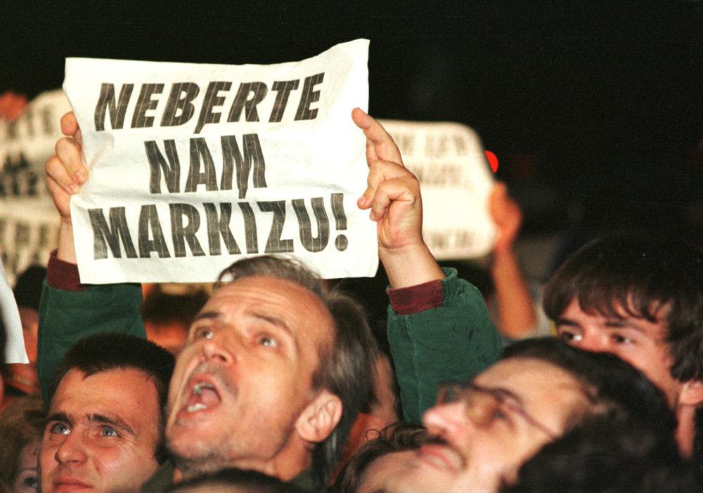 Protesty pred Markízou v roku 1998. Foto - TASR