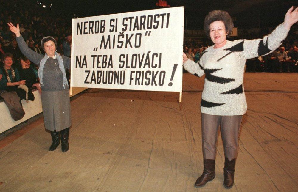 Priaznivci HZDS na mítingu na Pasienkoch so sloganom proti prezidentovi Kováčovi. Foto - TASR