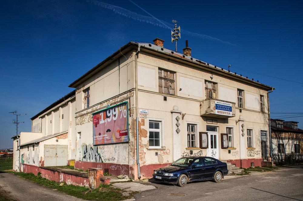 Budova bývalého kina v Leopoldove - v septembri by mesto chcelo vyhlásiť súťaž návhrov na jej rekonštrukciu. Chceli by z nej moderné kultúrne centrum. Foto N - Tomáš Benedikovič