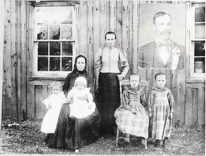 Táto fotografia rodiny Mike Cheslocka (vľavo hore) sa predávala vo forme kariet, aby sa vyzbierali peniaze pre smútiacu manzelku a malé deti. Foto - archív Mary Jo Barrettovej