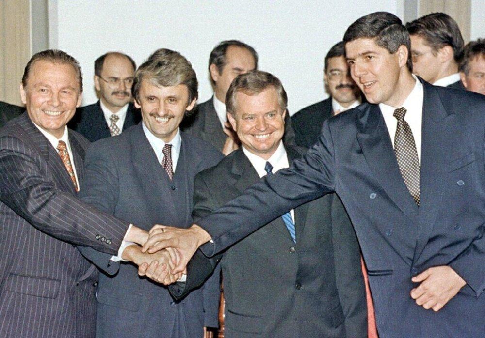Traja populárni politici Rudolf Schuster, Mikuláš Dzurinda a Béla Bugár a predseda SDĽ Jozef Migaš pri zostavení koalície v roku 1998. Foto - tasr