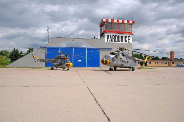 Česi prevádzkujú vlastné výcvikové centrum na letisku v Pardubiciach, piloti sa tu môžu cvičiť na starých vrtuľníkoch Mi-2, novších Mi-17, na turbovrtuľových lietadlách L-410 alebo na podzvukových strojoch L-39 Albatros. Foto - LOM Praha