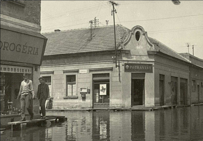 Povodeň v pôvodnej petržalskej zástavbe v roku 1965. Foto - Miestna knižnica Petržalka