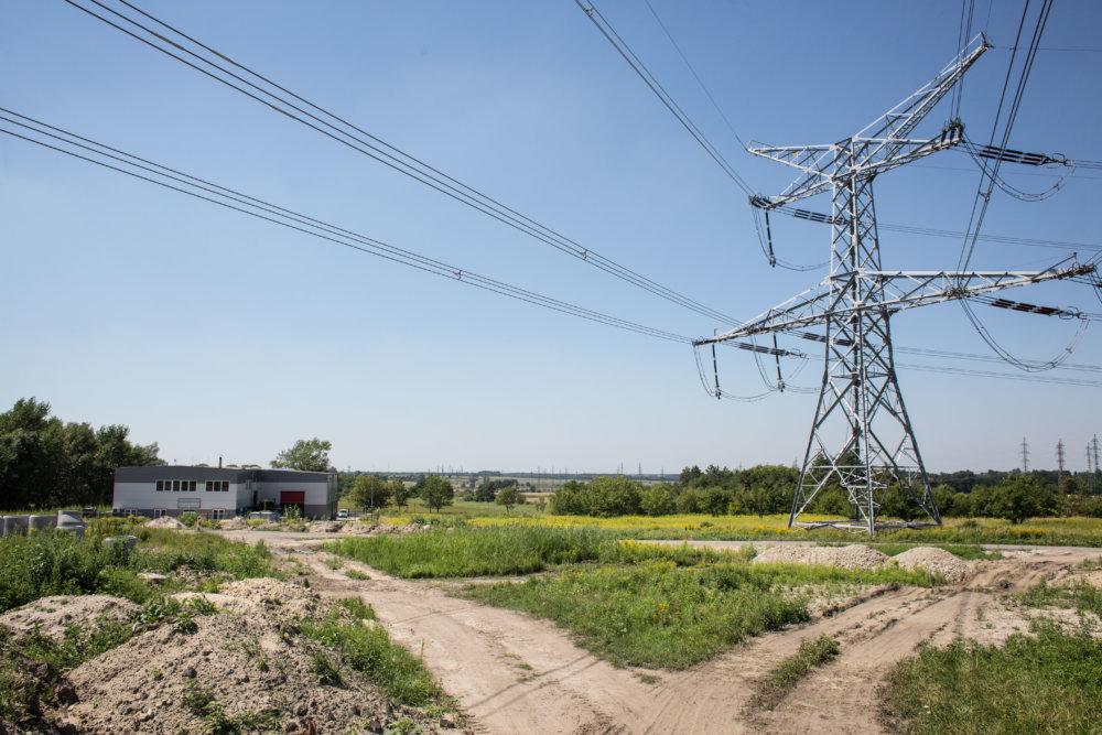 Úradníci rozhodli, že obytnou zónou sa stane priemyselný park, kde sú okrem iného stožiare vysokého napätia aj menšia strojárska firma Častulík s. r. o. Foto N - Vladimír Šimíček