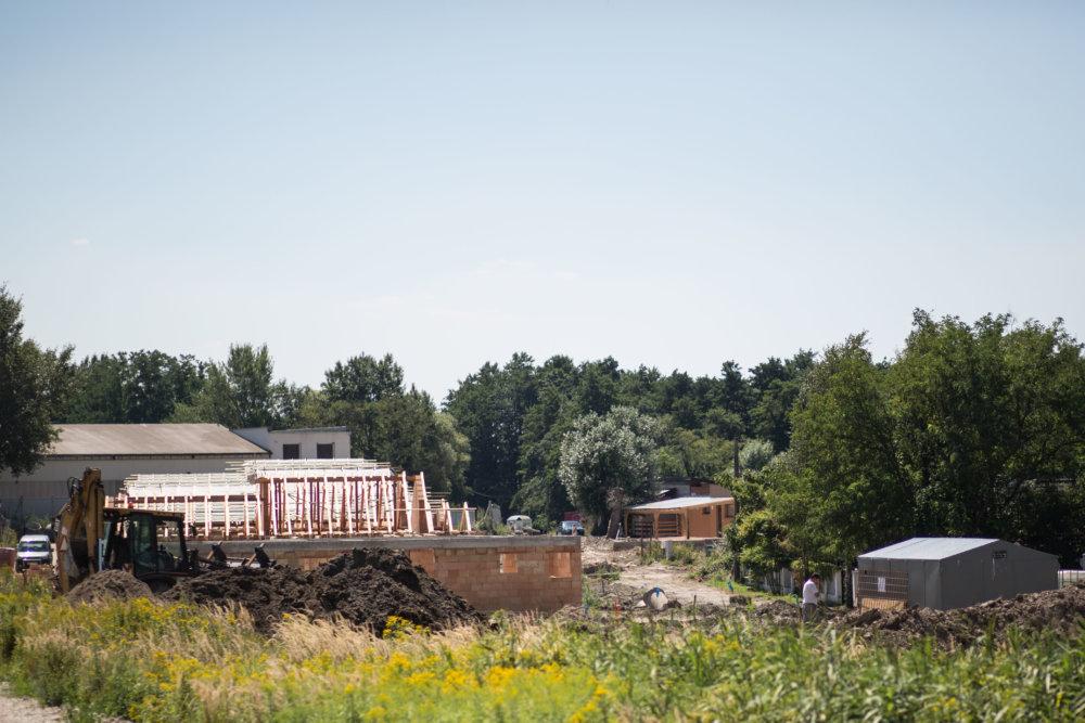 V Stupave je plno, napriek tomu sa rozbehla ďalšia masová výstavba domov a bytov. Foto N - Vladimír Šimíček
