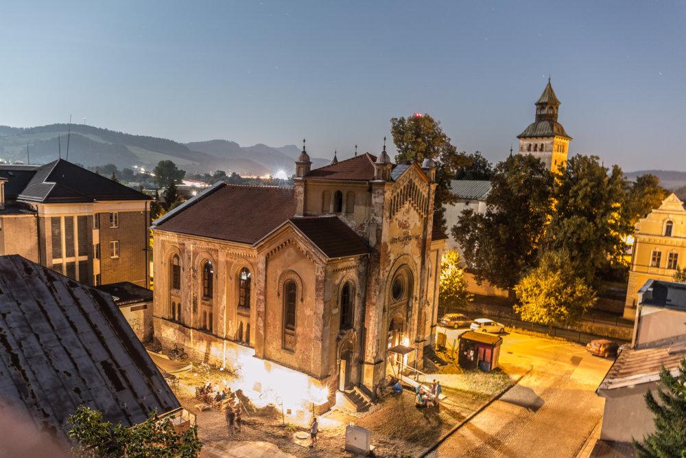 Synagóga počas Hviezdnych nocí. Foto – Tomáš Kuša