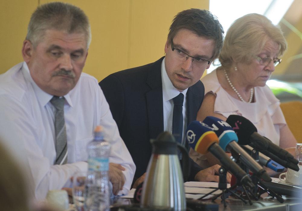 Minister práce, šéf ústredia práce Ján Richter a ombudsmanka pre deti Viera Tomanová. Foto – TASR