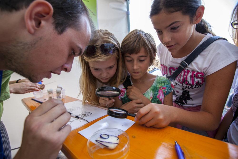 V stredu 14. septembra 2016 sa námestie NC Eurovea v Bratislave stalo dejiskom 1. roèníka Vedeckého ve¾trhu. Vedecký ve¾trh prináša celodenný zábavný program pre deti a mládež, v rámci ktorého budú rôzne oblasti vedy a výskumu prezentované zaujímavou a interaktívnou formou. Je urèený najmä pre deti a mládež školského veku (6-18 rokov), no zaujímavý bude aj pre uèite¾ov, rodièov a širokú verejnos. Program ve¾trhu je zameraný na povzbudenie záujmu slovenskej mládeže o význam vedy v každodennom živote a prípadnú budúcu kariéru vo vedeckých odboroch. Vystavovate¾mi budú vysoké a stredné školy, vedecké ústavy, záujmové organizácie a subjekty komerènej sféry, ktoré sa vo svojich stánkoch pokúsia ukáza, že veda je všade okolo nás, a že je potrebná v každodennom živote. FOTO TASR - Dano Veselský