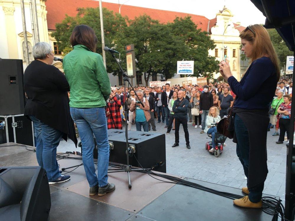 Matka Natálie na pódiu protestu. Foto N – Matej Dugovič