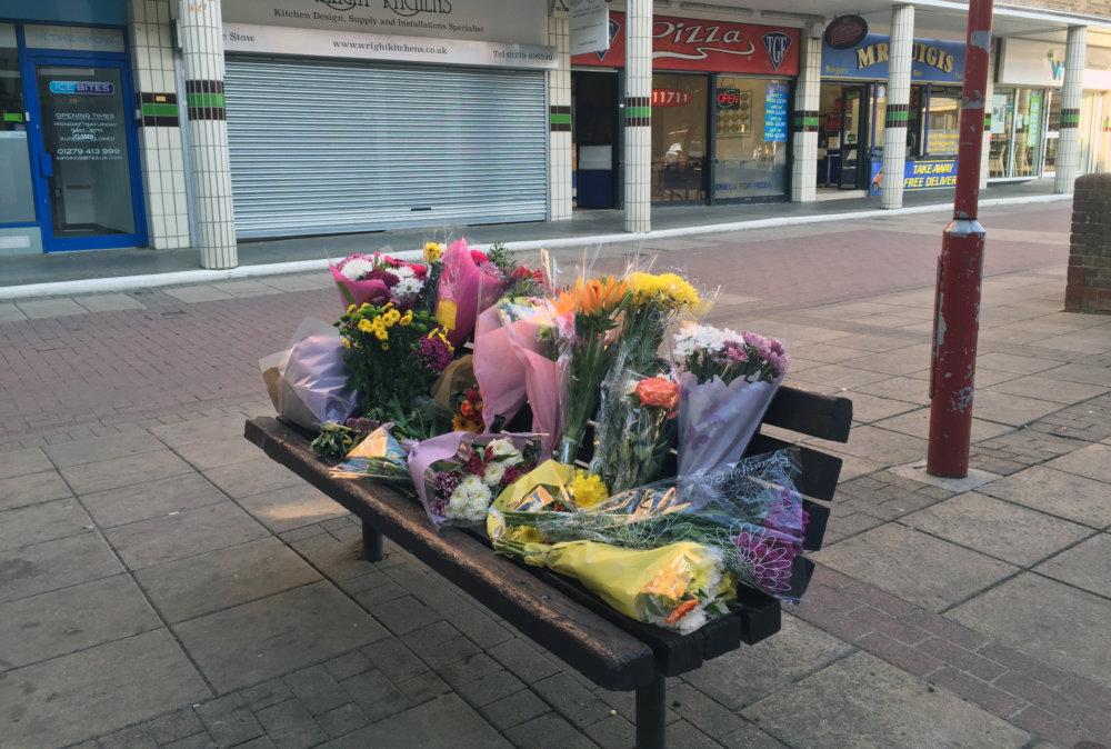 Kvety na mieste smrteľného útoku na Poliaka v Británii. Foto - tasr/ap