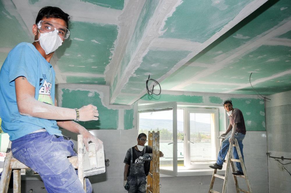 V Spojenej škole v Snine sa učia pracovať so sadrokartónovým stropom. Foto N - Juraj Koník