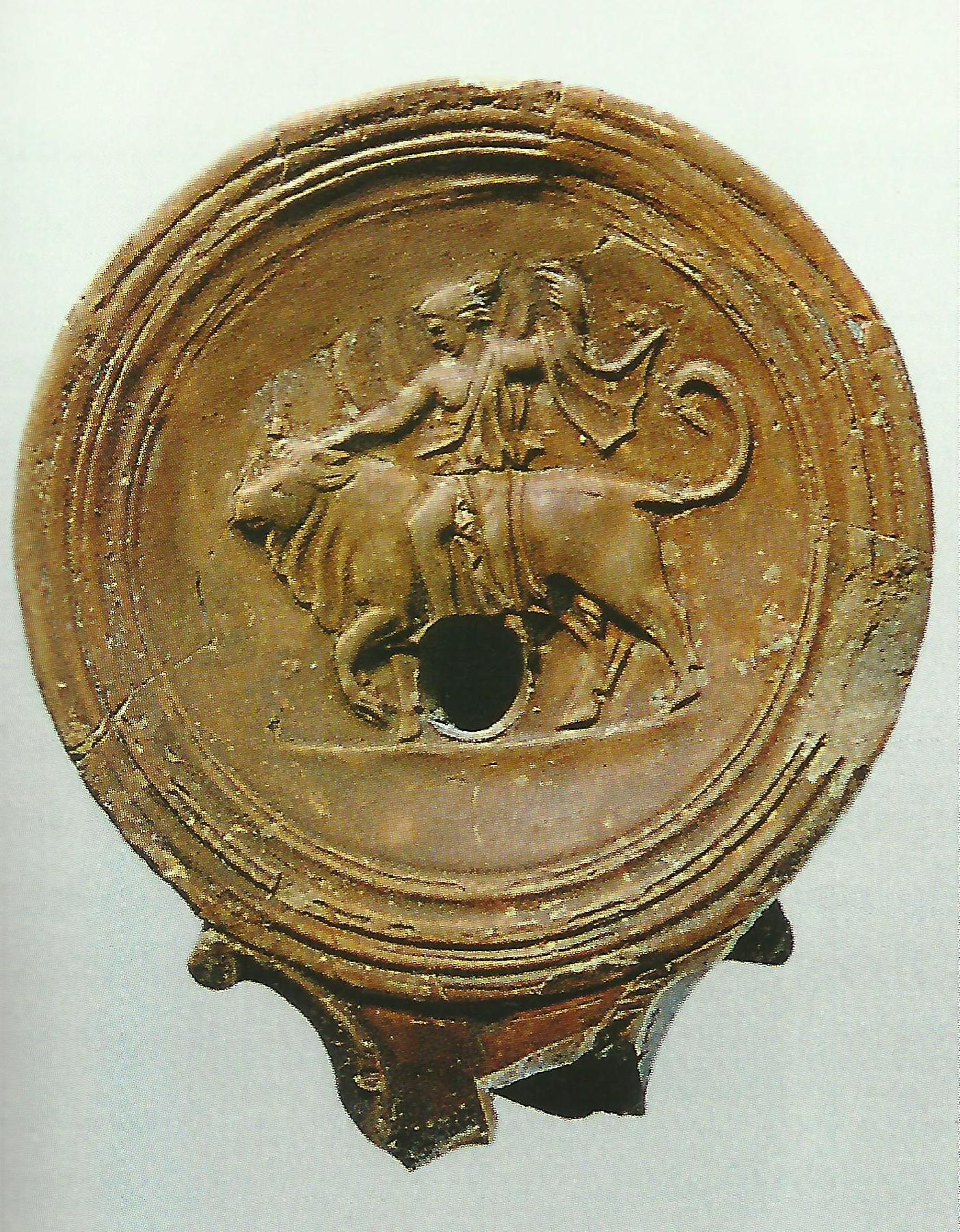 Hlinený kahanec zdobený reliéfom, ktorý znázorňuje boha Dia (Zeus) v podobe býka unášajúceho Európu, 1. stor. n. l., Bratislava-Devín