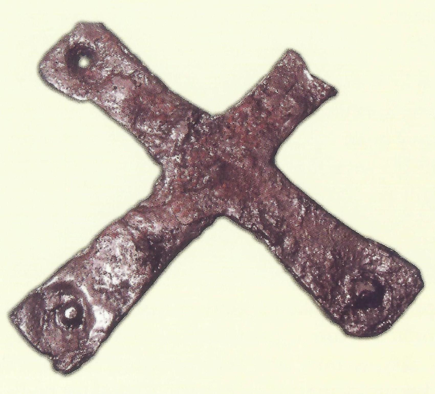 Pocínovaný železný krížik nájdený v kresťanskej stavbe (objekt III), Bratislava-Devín