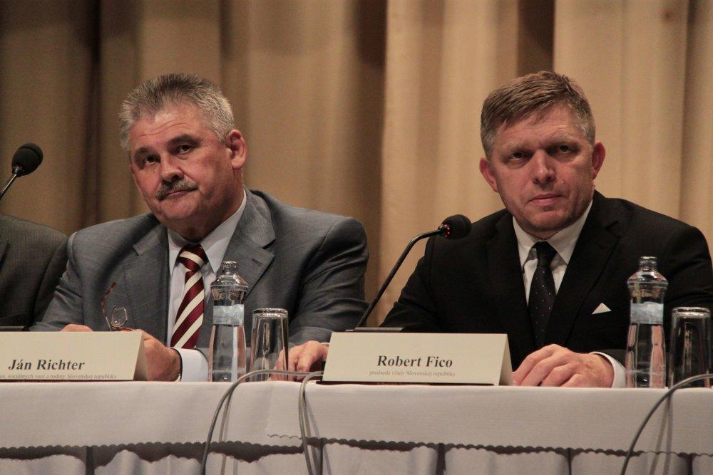 Minister Ján Richter s premiérom Robertom Ficom na tlačovke po výjazdovom rokovaní vlády vo Veľkom Krtíši. Foto - Dana Sudorová