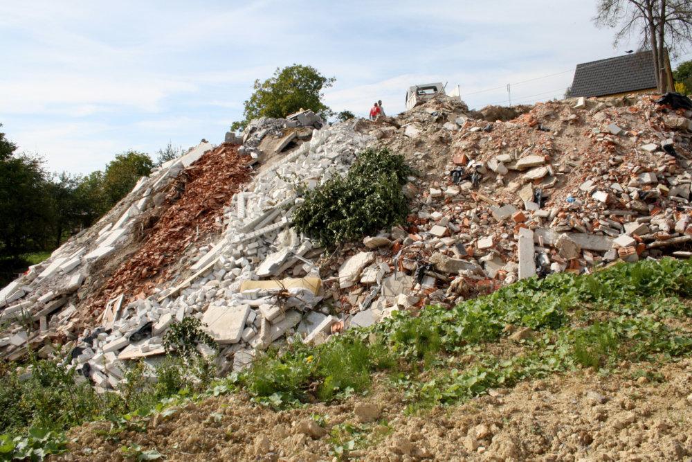 Skládka stavebného odpadu v strede Kocuran. Foto- TASR