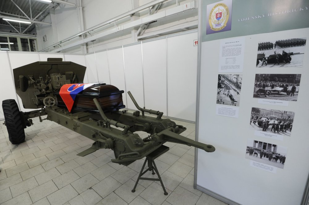 Na lafete tejto húfnice absolvoval poslednú cestu prezident Ludvík Svoboda. foto - TASR