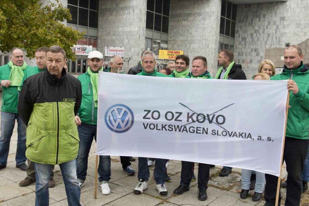 Smolinského dnes prišli podporiť aj niektorí ďalší odborári z Volkswagenu. Foto - TASR