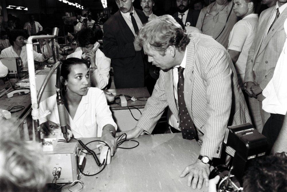 Havel v máji 1990 v Tesle Stropkov. Foto - TASR