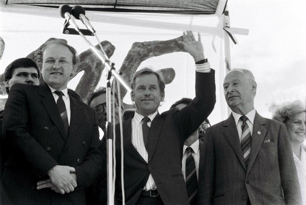 Václav Havel v Bratislave v júni 1990. Vedľa neho Slováci - Marián Čalfa a Alexander Dubček. Foto - TASR