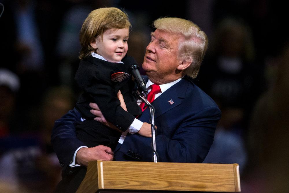 Trump si na mítingu vo Wilkes-Barre získal ľudí aj vtedy, keď vzal na ruky svojho dvojročného dvojníka. Foto - tasr/ap