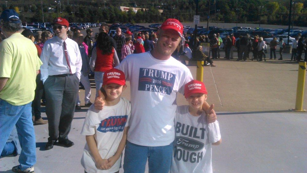 Mark Griffith (30) prišiel na Trumpov míting aj s dvomi zo svojich 8 detí. Prvýkrát bude voliť prezidenta až tento rok, nadchol ho Trump. Páči sa mu, že je nie je politik. Foto - autor