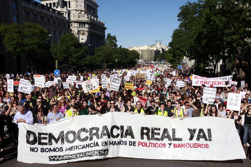 Decenas de miles de personas se manifestaron en Madrid bajo el lema Democracia Real Ya. Finalizada la manifestacion unos centenares de personas intentaron cortar la Gran Via lo cual impidio la Policia Nacional usando una gran brutalidad, cargando contra los manifestantes y disparando botes de humo.