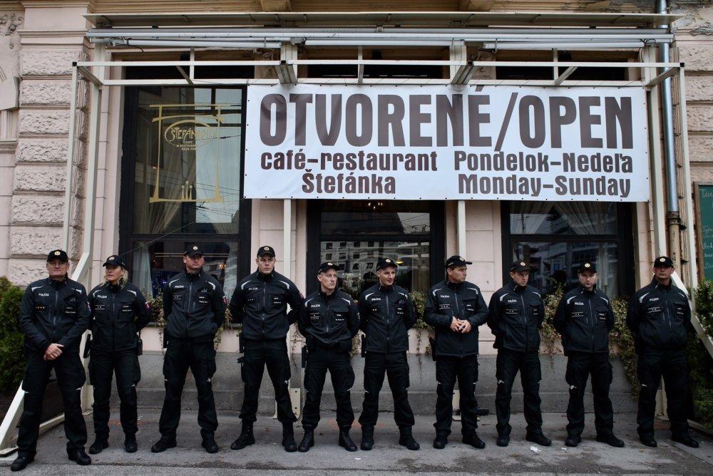 Cestu lemovali vojaci aj policajti. Foto N - Vladimír Šimíček