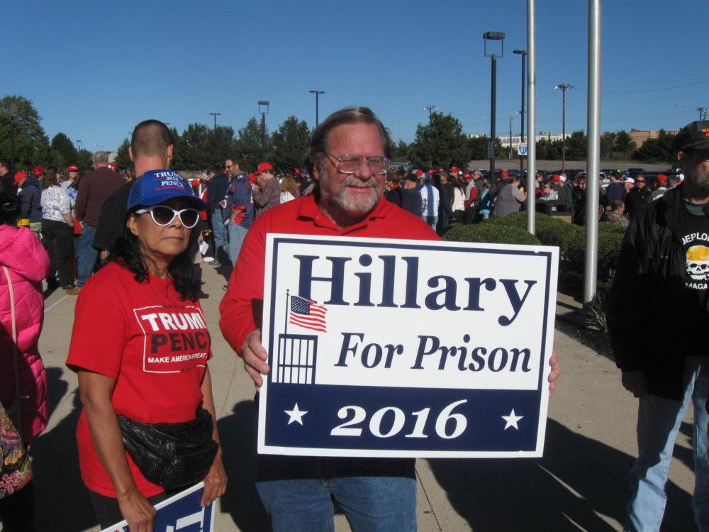 Hillary do väzenia je obľúbený slogan ja na mítingu vo Wlikes-Barre. Foto - autor
