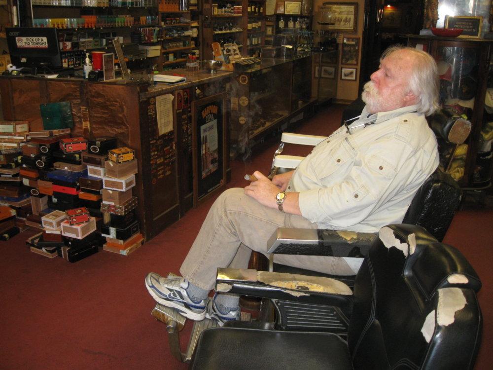 Roy Smith (73) v Manchestri, New Hampshire, trávi dopoludnie fajčením kubánskej cigary. Aj keď jeho rodine sa darí, aj on bude voliť Trumpa, páči sa mu, že nie je politik. Foto - autor