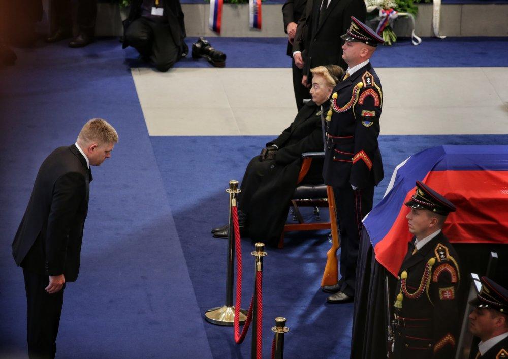 Premiér Robert Fico kondoluje rodine Michala Kováča. Foto N – Tomáš Benedikovič