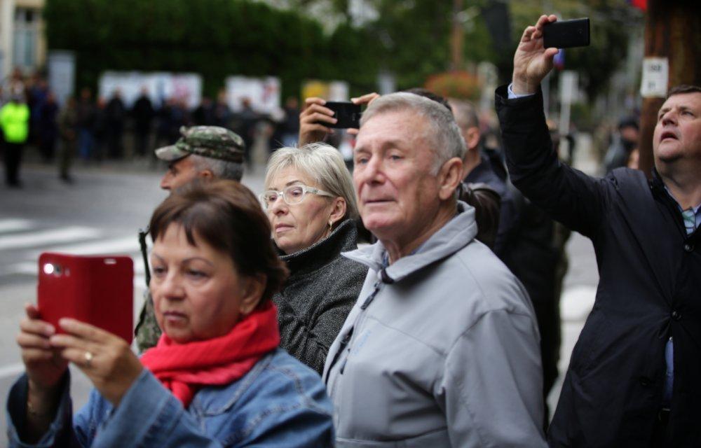 Ľudia fotia lafetu s rakvou Michala Kováča. Foto N – Tomáš Benedikovič