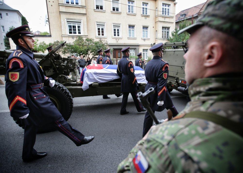 Lafeta s rakvou Michala Kováča na ceste z Bratislavského hradu k Prezidentskému palácu. Foto N – Tomáš Benedikovič