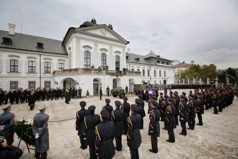 Čestná stráž pri Prezidentskom paláci. Foto N – Tomáš Benedikovič