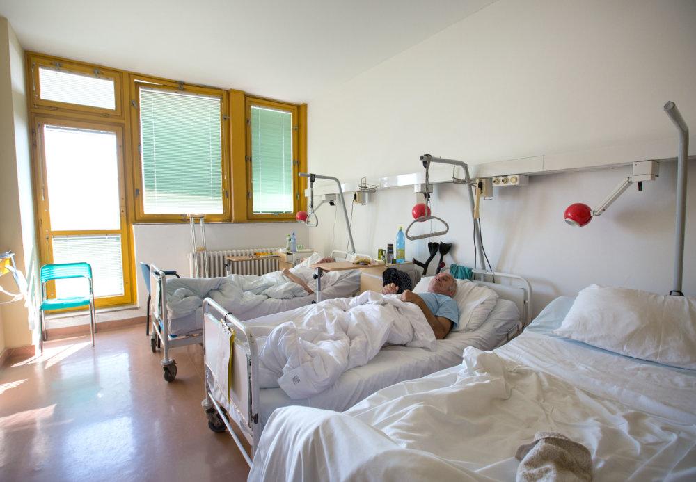 Oddelenie dlhodobo chorých na Antolskej by potrebovalo nové okná. Niektoré izby nevedia v zime vykúriť. Foto N - Tomáš Benedikovič