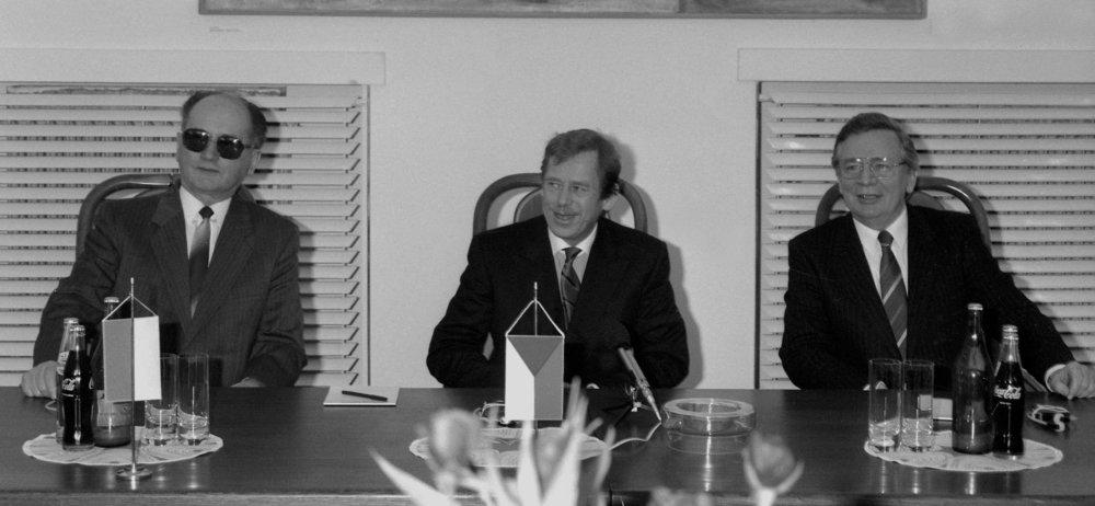 Míting ´90 na Bratislavskom hrade 9. apríla 1990 s najvyššími štátnymi predstaviteľmi Československa, Poľska a Maďarska, vľavo je poľský prezident Wojciech Jaruzelski, vpravo maďarský prezident Mátyás Szûrös. Foto - TASR