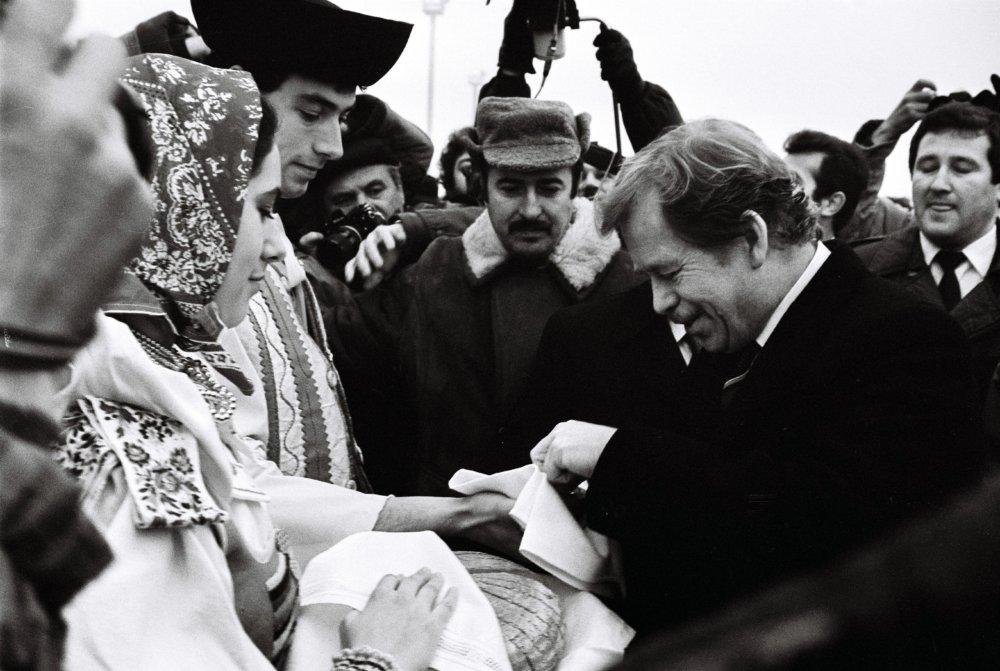 Privítanie na Slovensku chlebom a soľou 12. januára 1990. Foto - TASR