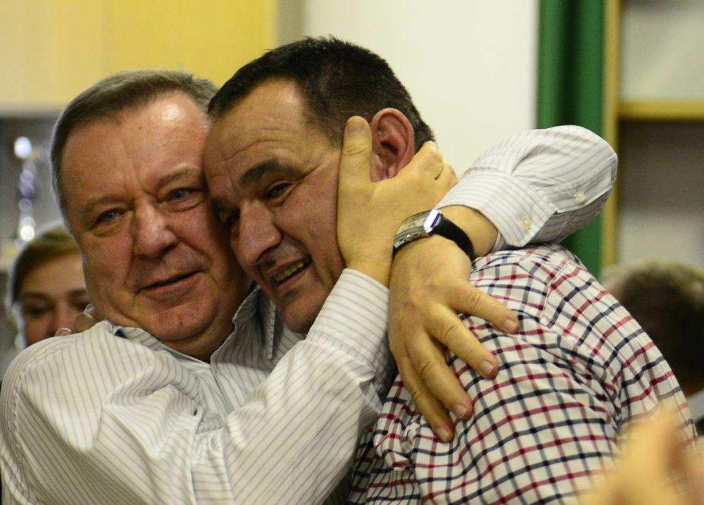 Stanislav Kubánek (vľavo) po víťazstve prešovského župana Petra Chudíka v roku 2013. Foto – TASR