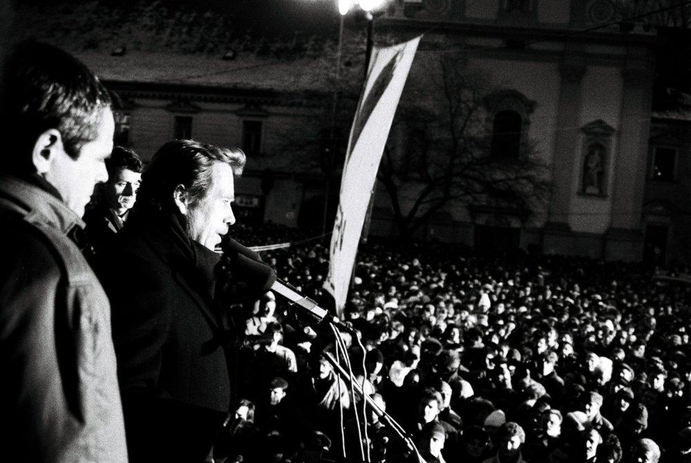 Už ako prvý porevolučný prezident v Bratislave 12. januára 1990 na mítingu na Námestí SNP. Foto - TASR