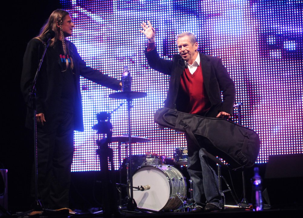 Na Pohode 2008 priniesol Havel na pódium gitaru Joan Baez. Foto - TASR