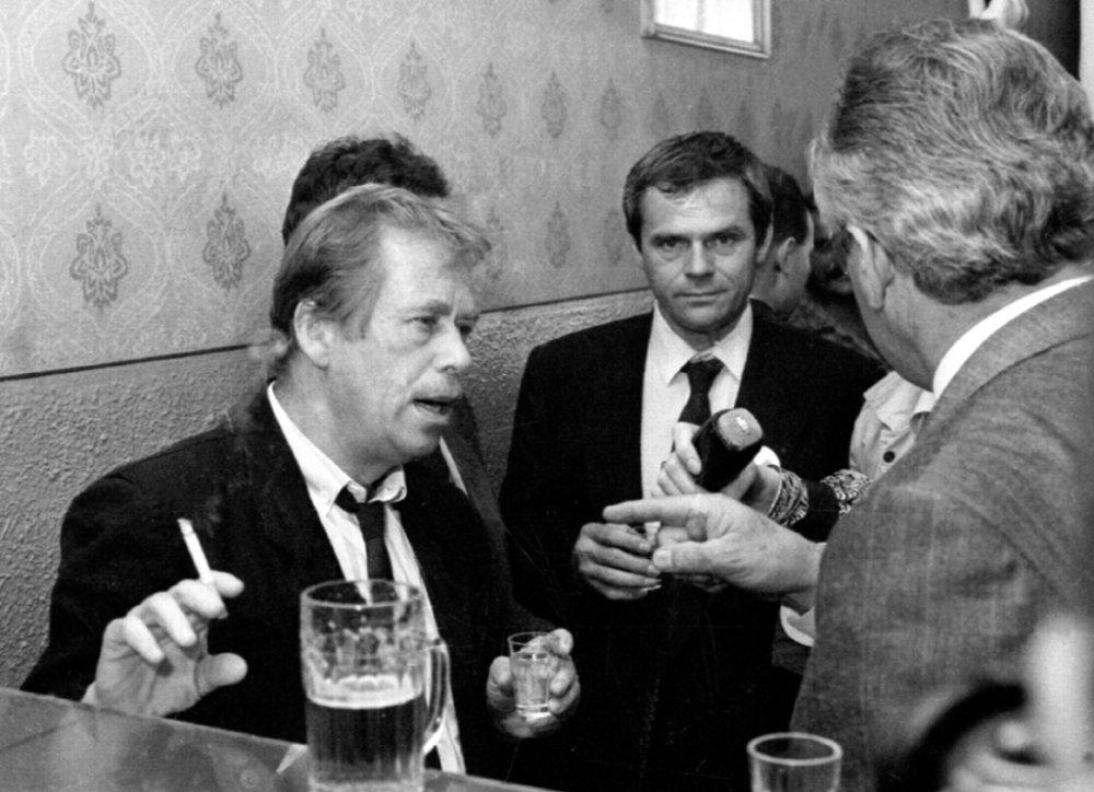 Nad pohárom piva a borovičky počas neplánovanej návšštevy pohostinstva v Turanoch 18. mája 1990. Foto - TASR
