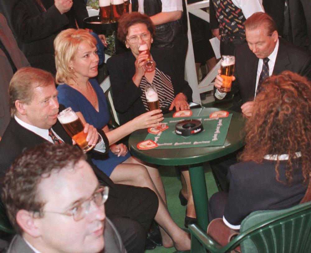 So Schusterovcami na pive v Košiciach v roku 1999. Foto - TASR