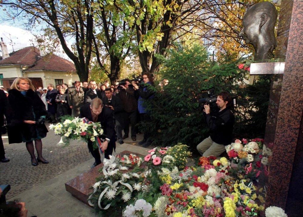 Pri hrobe Dubčeka v novembri 1998. Foto - TASR