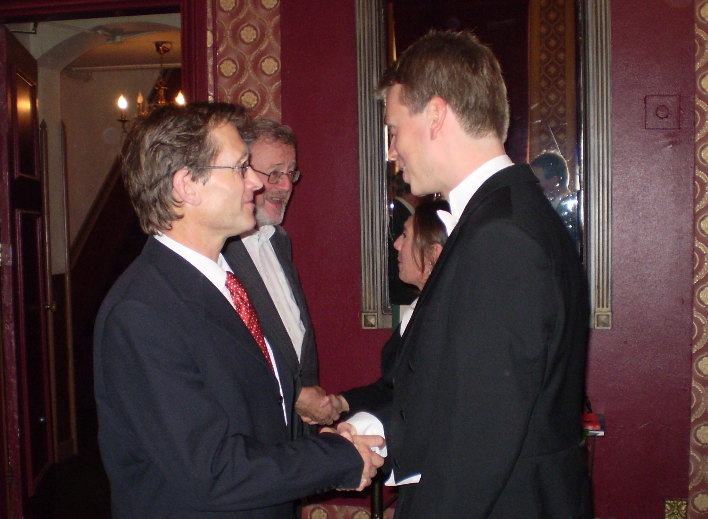 Po promócii prijíma Dr. Kudernáč gratulácie od Bena Feringu. Foto - archív T.K.