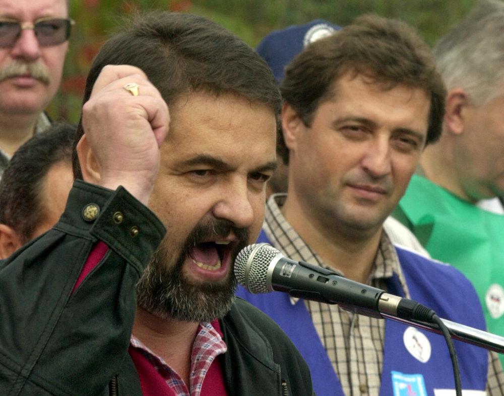 Emil Machyna (vpravo) na protestnom pochode v októbri 2001. V ďalších rokoch prevzal od pomyselný post najvplyvnejšieho slovenského odborára od niekdajšieho predsedu Konfederácie odborových zväzov Ivana Saktora (vľavo). Foto - TASR