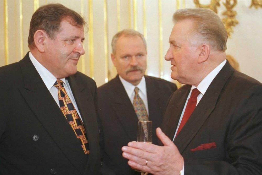 Prezident Michal Kováč v rozhovore s vtedajším premiérom Vladimírom Mečiarom a predsedom parlamentu Ivanom Gašparovičom. Foto -archív TASR