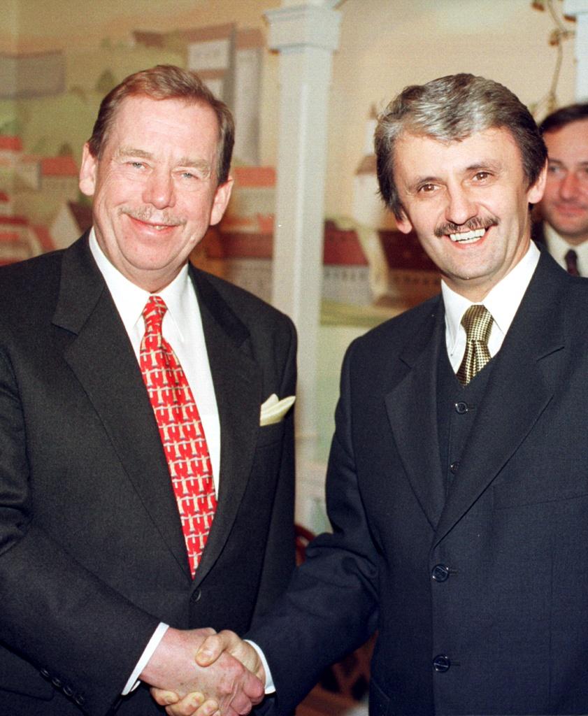 Späť v Bratislave po porážke Vladimíra Mečiara s novým premiérom Mikulášom Dzurindom. Foto - TASR