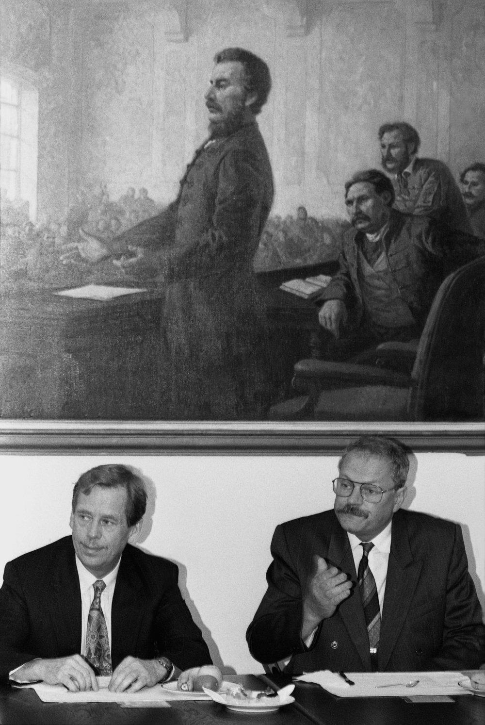 S Ivanom Gašparovičom v júni 1992 v Bratislave, keď už bolo jasné, že Česko a Slovensko sa rozdelia. Tri mesiace predtým Havel Gašparoviča odvolal pre nečinnosť z postu generálneho prokurátora, Gašparovič sa potom cez HZDS stal šéfom Slovenskej národnej rady. Foto - TASR