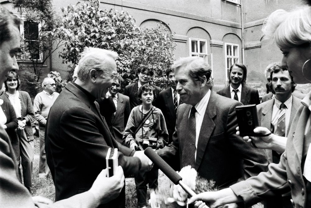 Na Nitrianskom hrade Havla víta biskup Ján Chryzostom Korec 4. júna 1990. Foto - TASR