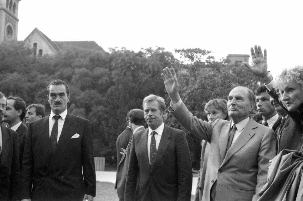V septembri 1990 Havel priviedol do Bratislavy francúzskeho prezidenta Francoisa Mitterranda. Vľavo je Karel Schwarzeberg. Foto - TASR