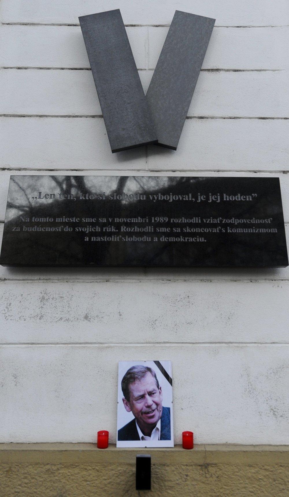 Spomienka na Havla v Bratislave na Námestí SNP v roku 2011. Foto - TASR